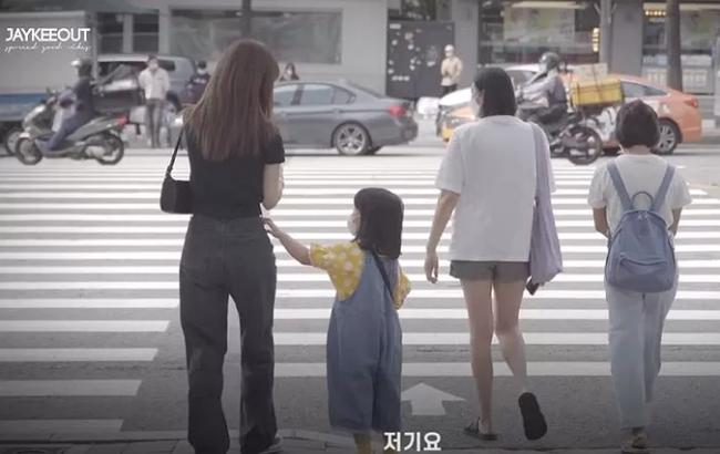 Câu chuyện bé gái 5 tuổi nhờ người lớn dẫn qua đường có gì mà viral khắp MXH Hàn, được dân tình bàn tán xôn xao? - Ảnh 1.