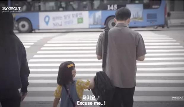 Câu chuyện bé gái 5 tuổi nhờ người lớn dẫn qua đường có gì mà viral khắp MXH Hàn, được dân tình bàn tán xôn xao? - Ảnh 2.