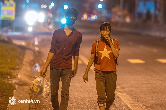 Đôi chân phồng rộp trên hành trình đi bộ hồi hương của những lao động nghèo, cả gia đình 4 người chỉ có 7.000 đồng dắt lưng - Ảnh 13.