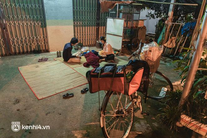 Đôi chân phồng rộp trên hành trình đi bộ hồi hương của những lao động nghèo, cả gia đình 4 người chỉ có 7.000 đồng dắt lưng - Ảnh 18.