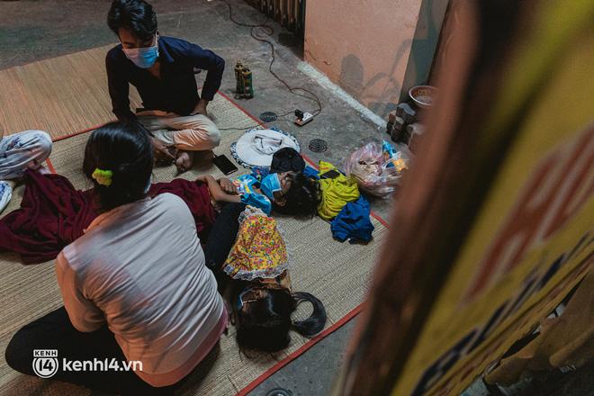 Đôi chân phồng rộp trên hành trình đi bộ hồi hương của những lao động nghèo, cả gia đình 4 người chỉ có 7.000 đồng dắt lưng - Ảnh 22.