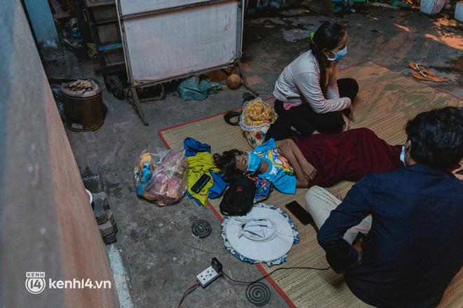 Đôi chân phồng rộp trên hành trình đi bộ hồi hương của những lao động nghèo, cả gia đình 4 người chỉ có 7.000 đồng dắt lưng - Ảnh 23.