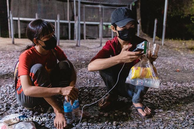 Đôi chân phồng rộp trên hành trình đi bộ hồi hương của những lao động nghèo, cả gia đình 4 người chỉ có 7.000 đồng dắt lưng - Ảnh 5.