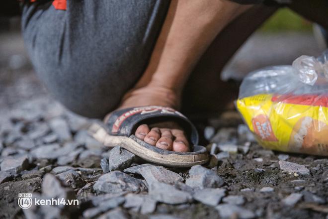 Đôi chân phồng rộp trên hành trình đi bộ hồi hương của những lao động nghèo, cả gia đình 4 người chỉ có 7.000 đồng dắt lưng - Ảnh 9.