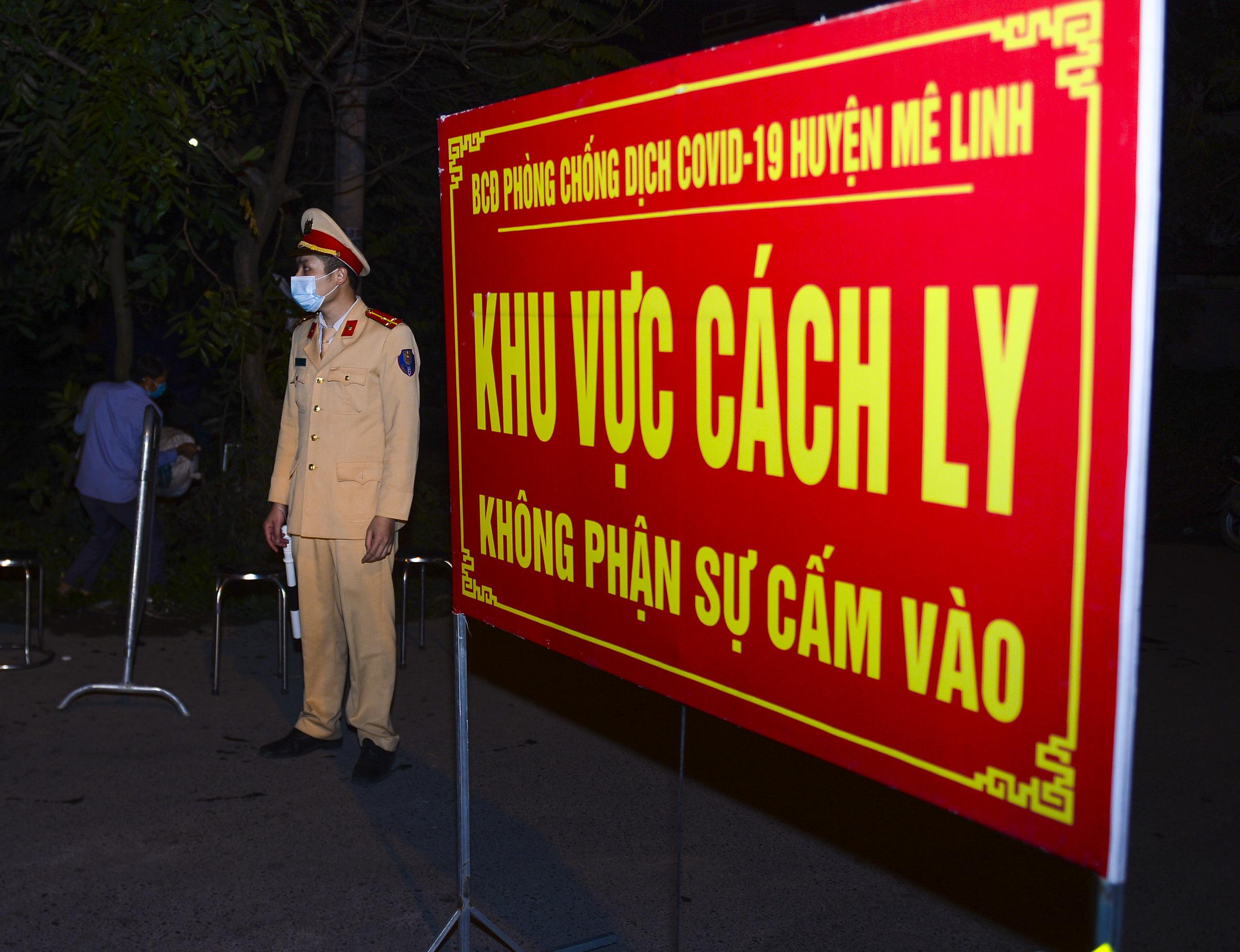 [Ảnh] Xe tuyên truyền phòng, chống COVID-19 ngày đêm đi quanh thôn có người dương tính SARS-CoV-2 ở Hà Nội - Ảnh 2.