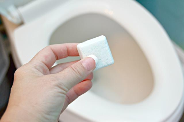 Clip: Làm sạch nhà vệ sinh với quả bom tự chế độc đáo - Ảnh 8.
