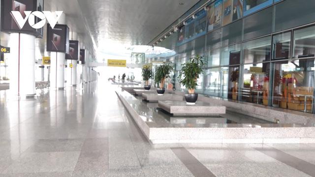 Sân bay nội địa, quốc tế lại đìu hiu vì Covid-19 - Ảnh 9.