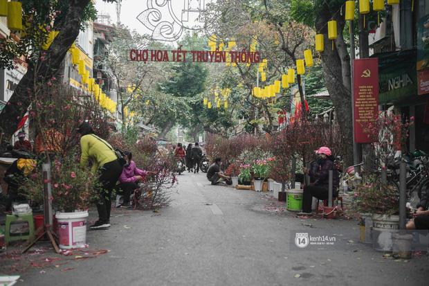Khung cảnh những khu chợ Tết lớn nhất tại Hà Nội: Vắng vẻ hơn mọi năm nhưng không khí đón năm mới vẫn tràn đầy! - ảnh 1