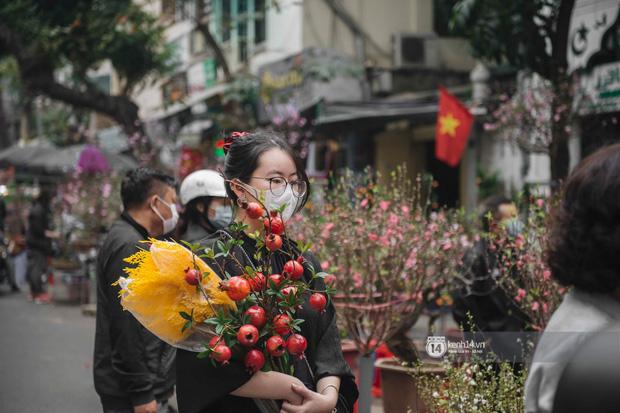 Khung cảnh những khu chợ Tết lớn nhất tại Hà Nội: Vắng vẻ hơn mọi năm nhưng không khí đón năm mới vẫn tràn đầy! - ảnh 2