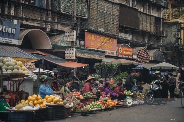 Khung cảnh những khu chợ Tết lớn nhất tại Hà Nội: Vắng vẻ hơn mọi năm nhưng không khí đón năm mới vẫn tràn đầy! - ảnh 11