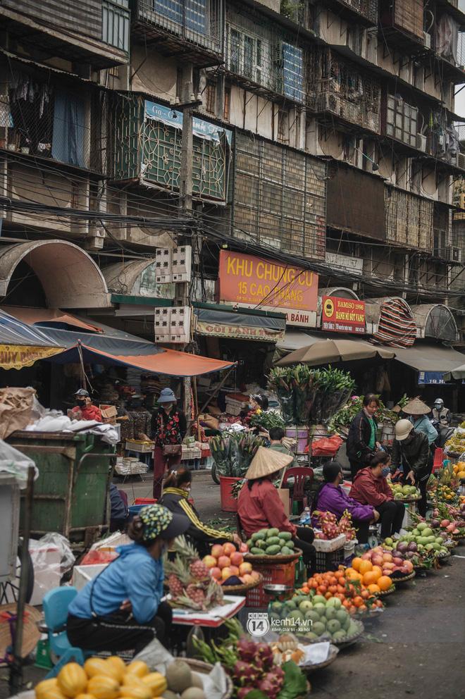 Khung cảnh những khu chợ Tết lớn nhất tại Hà Nội: Vắng vẻ hơn mọi năm nhưng không khí đón năm mới vẫn tràn đầy! - ảnh 12