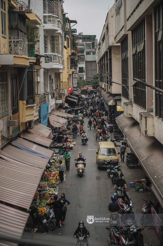 Khung cảnh những khu chợ Tết lớn nhất tại Hà Nội: Vắng vẻ hơn mọi năm nhưng không khí đón năm mới vẫn tràn đầy! - ảnh 13