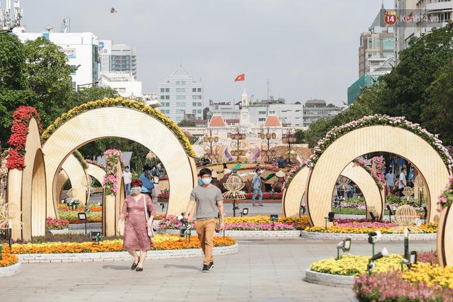 Ảnh: Người Sài Gòn xếp hàng đo thân nhiệt, đeo khẩu trang vào check in đường hoa Nguyễn Huệ - Ảnh 16.