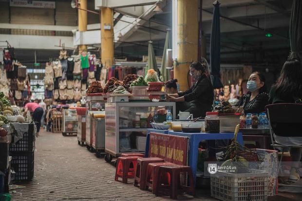 Khung cảnh những khu chợ Tết lớn nhất tại Hà Nội: Vắng vẻ hơn mọi năm nhưng không khí đón năm mới vẫn tràn đầy! - ảnh 15
