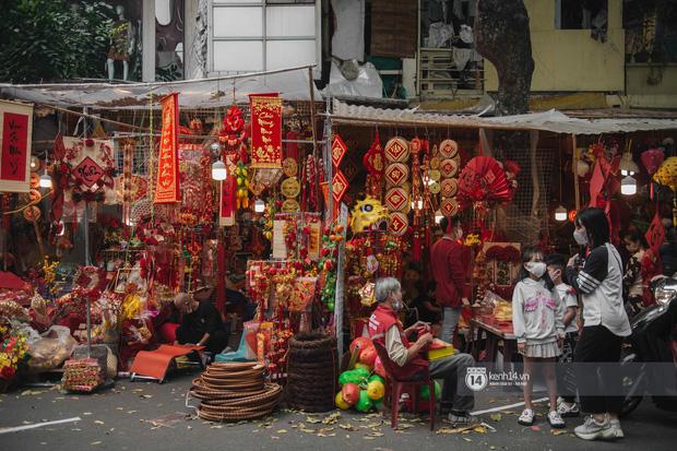 Khung cảnh những khu chợ Tết lớn nhất tại Hà Nội: Vắng vẻ hơn mọi năm nhưng không khí đón năm mới vẫn tràn đầy! - ảnh 3