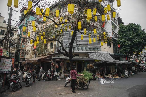 Khung cảnh những khu chợ Tết lớn nhất tại Hà Nội: Vắng vẻ hơn mọi năm nhưng không khí đón năm mới vẫn tràn đầy! - ảnh 6