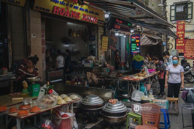 Khung cảnh những khu chợ Tết lớn nhất tại Hà Nội: Vắng vẻ hơn mọi năm nhưng không khí đón năm mới vẫn tràn đầy! - ảnh 7
