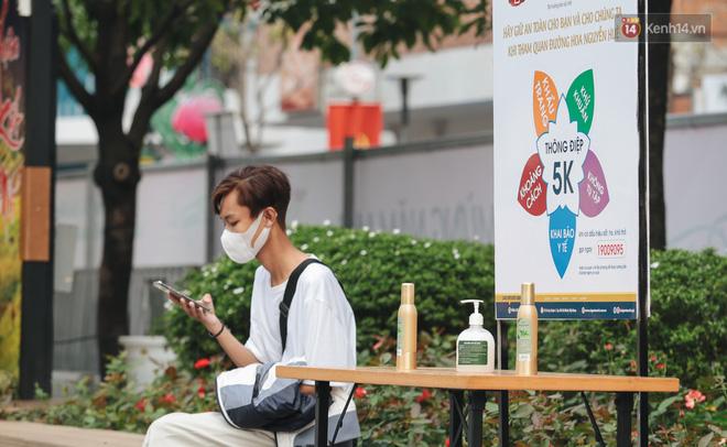 Ảnh: Người Sài Gòn xếp hàng đo thân nhiệt, đeo khẩu trang vào check in đường hoa Nguyễn Huệ - Ảnh 6.