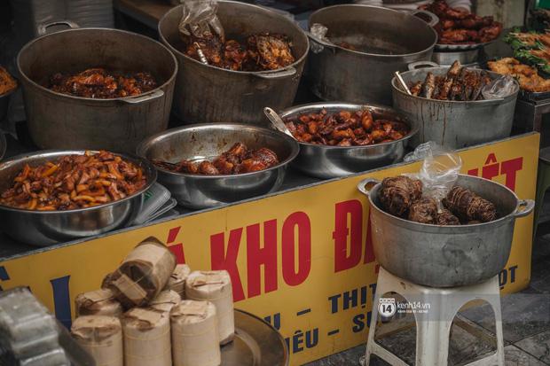 Khung cảnh những khu chợ Tết lớn nhất tại Hà Nội: Vắng vẻ hơn mọi năm nhưng không khí đón năm mới vẫn tràn đầy! - ảnh 8