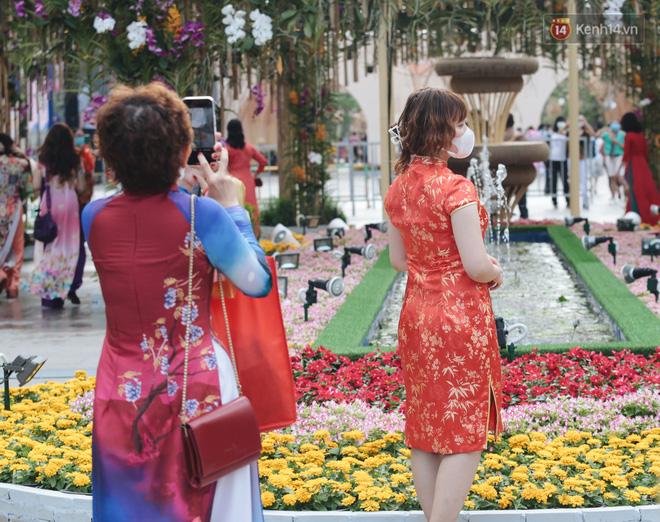 Ảnh: Người Sài Gòn xếp hàng đo thân nhiệt, đeo khẩu trang vào check in đường hoa Nguyễn Huệ - Ảnh 10.