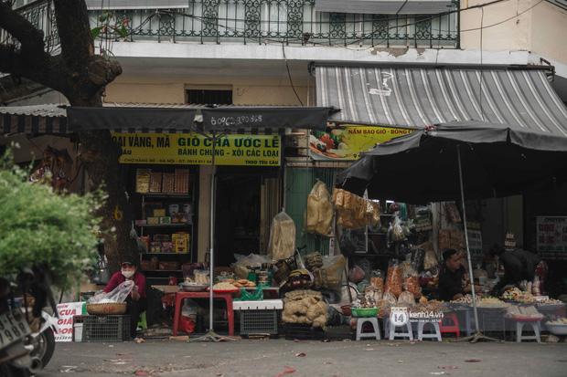 Khung cảnh những khu chợ Tết lớn nhất tại Hà Nội: Vắng vẻ hơn mọi năm nhưng không khí đón năm mới vẫn tràn đầy! - ảnh 9
