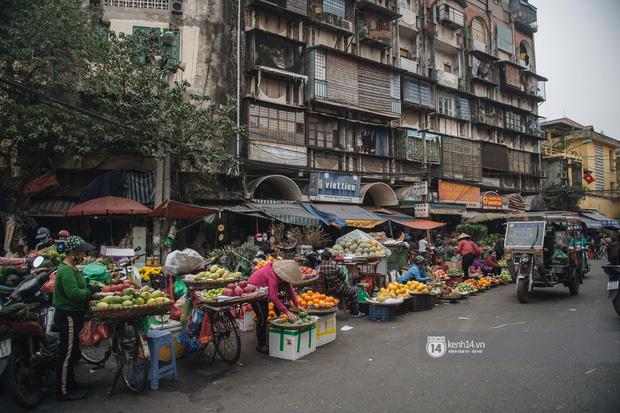 Khung cảnh những khu chợ Tết lớn nhất tại Hà Nội: Vắng vẻ hơn mọi năm nhưng không khí đón năm mới vẫn tràn đầy! - ảnh 10