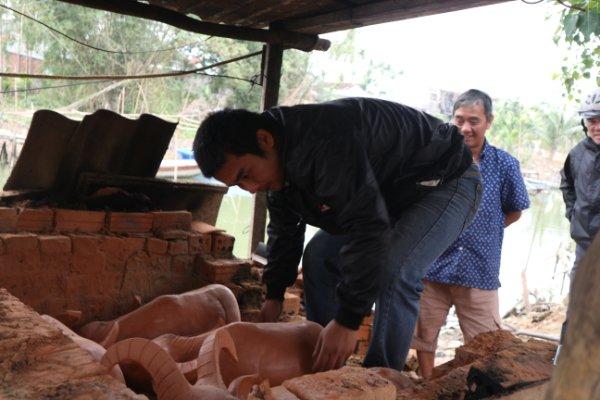 Ngắm tượng trâu qua bàn tay tài hoa của nghệ nhân làng gốm Thanh Hà - Ảnh 3.