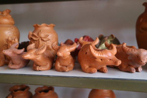 Ngắm tượng trâu qua bàn tay tài hoa của nghệ nhân làng gốm Thanh Hà - Ảnh 7.