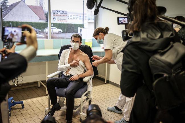 Cộng đồng mạng phát cuồng với Bộ trưởng Y tế Pháp khi để lộ cơ bắp rắn chắc, thân hình cực phẩm trong lúc tiêm thử vắc-xin Covid-19 - Ảnh 1.
