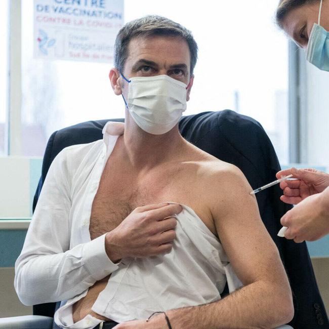 Cộng đồng mạng phát cuồng với Bộ trưởng Y tế Pháp khi để lộ cơ bắp rắn chắc, thân hình cực phẩm trong lúc tiêm thử vắc-xin Covid-19 - Ảnh 2.