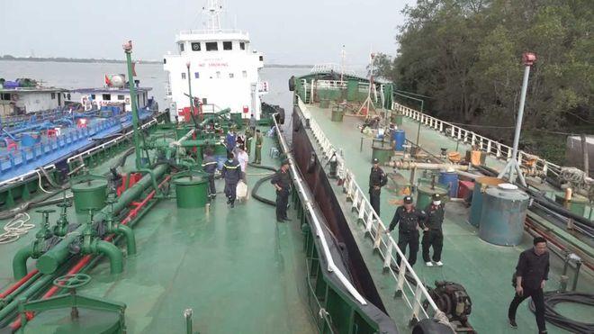Bắt đường dây xăng giả cực lớn: Dùng tàu cao tốc để tuần tra, sẵn sàng triệt hạ trinh sát khi bị theo dõi - Ảnh 1.
