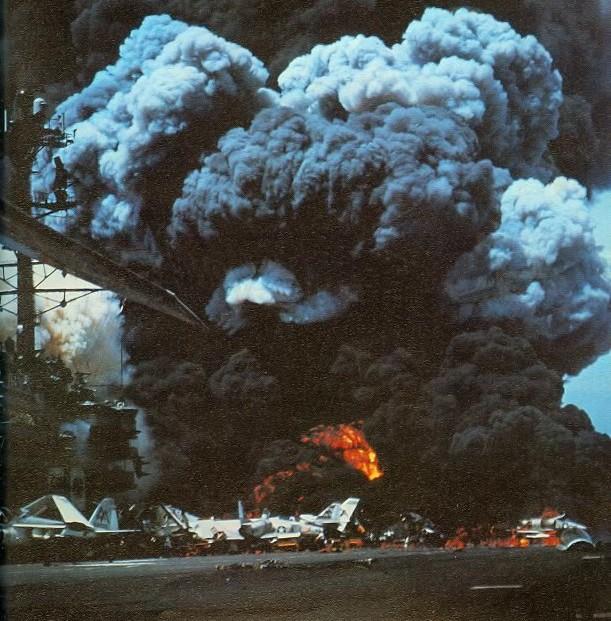 Tàu sân bay Mỹ cháy nổ kinh hoàng ở vịnh Bắc Bộ, cả trăm người chết: Thảm họa trong Chiến tranh VN - Ảnh 4.