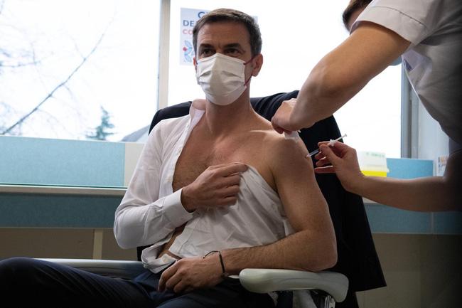 Cộng đồng mạng phát cuồng với Bộ trưởng Y tế Pháp khi để lộ cơ bắp rắn chắc, thân hình cực phẩm trong lúc tiêm thử vắc-xin Covid-19 - Ảnh 3.