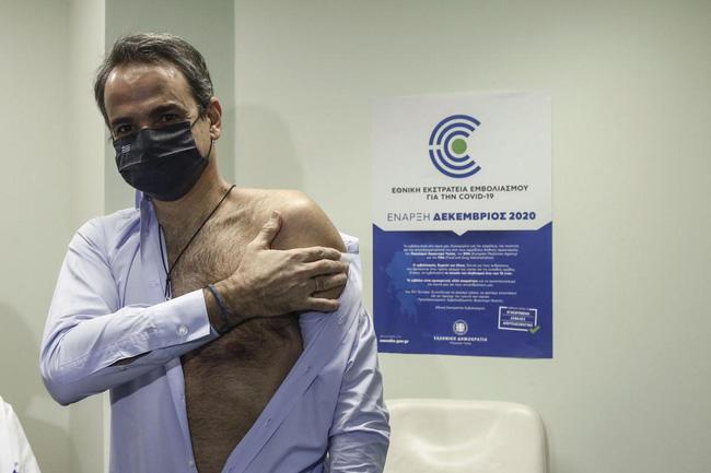 Cộng đồng mạng phát cuồng với Bộ trưởng Y tế Pháp khi để lộ cơ bắp rắn chắc, thân hình cực phẩm trong lúc tiêm thử vắc-xin Covid-19 - Ảnh 8.