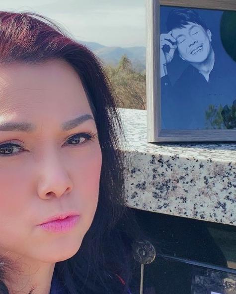Xúc động hình ảnh Phương Loan tới thăm nơi an nghỉ của cố nghệ sĩ Chí Tài  - Ảnh 1.