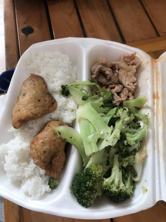 Bữa cơm ngày Tết trong khu cách ly ở Hải Dương: Vẫn ăn cơm hộp giản dị, vì lúc này phòng chống dịch mới là quan trọng nhất! - ảnh 1