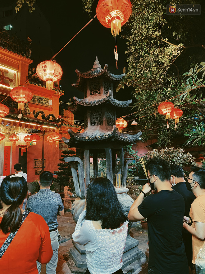 Sài Gòn đêm Valentine: Hội ế tranh thủ đi chùa thoát kiếp FA, couple tràn ra phố đi bộ Nguyễn Huệ đến mức kẹt đường! - ảnh 1