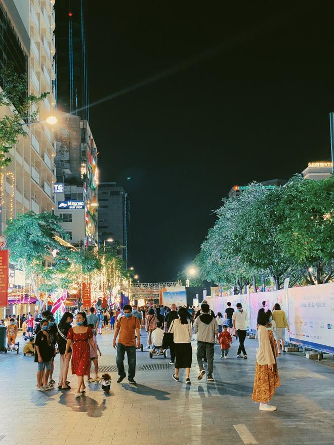 Sài Gòn đêm Valentine: Hội ế tranh thủ đi chùa thoát kiếp FA, couple tràn ra phố đi bộ Nguyễn Huệ đến mức kẹt đường! - ảnh 2