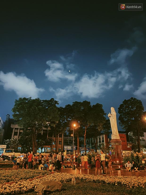 Sài Gòn đêm Valentine: Hội ế tranh thủ đi chùa thoát kiếp FA, couple tràn ra phố đi bộ Nguyễn Huệ đến mức kẹt đường! - ảnh 11