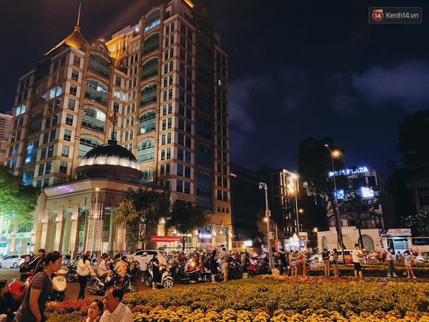 Sài Gòn đêm Valentine: Hội ế tranh thủ đi chùa thoát kiếp FA, couple tràn ra phố đi bộ Nguyễn Huệ đến mức kẹt đường! - ảnh 12