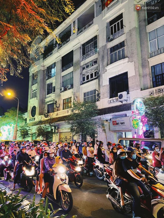 Sài Gòn đêm Valentine: Hội ế tranh thủ đi chùa thoát kiếp FA, couple tràn ra phố đi bộ Nguyễn Huệ đến mức kẹt đường! - ảnh 14
