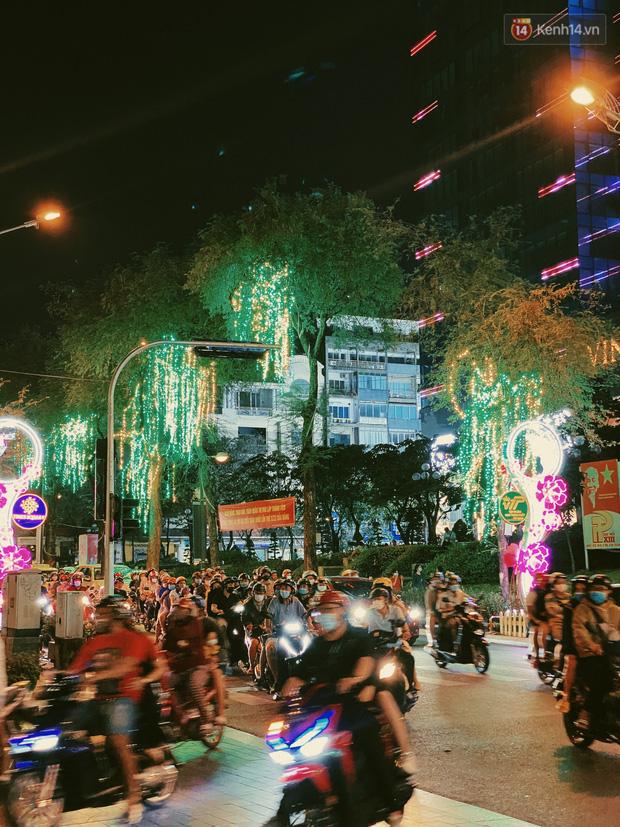 Sài Gòn đêm Valentine: Hội ế tranh thủ đi chùa thoát kiếp FA, couple tràn ra phố đi bộ Nguyễn Huệ đến mức kẹt đường! - ảnh 15