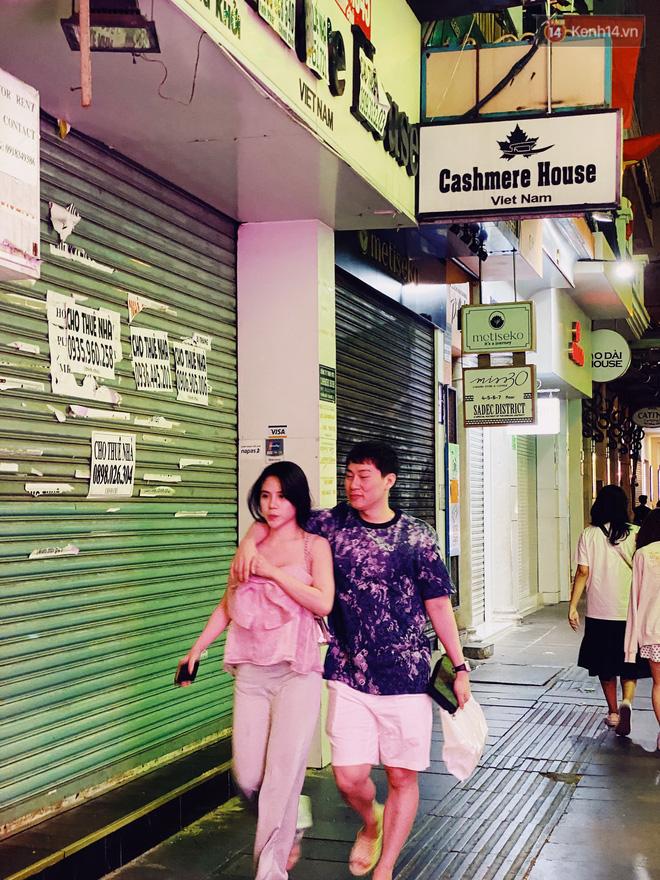 Sài Gòn đêm Valentine: Hội ế tranh thủ đi chùa thoát kiếp FA, couple tràn ra phố đi bộ Nguyễn Huệ đến mức kẹt đường! - ảnh 16