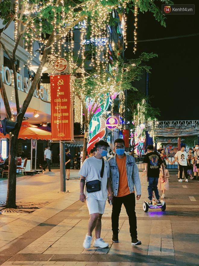 Sài Gòn đêm Valentine: Hội ế tranh thủ đi chùa thoát kiếp FA, couple tràn ra phố đi bộ Nguyễn Huệ đến mức kẹt đường! - ảnh 17
