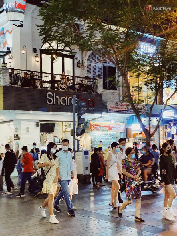 Sài Gòn đêm Valentine: Hội ế tranh thủ đi chùa thoát kiếp FA, couple tràn ra phố đi bộ Nguyễn Huệ đến mức kẹt đường! - ảnh 18
