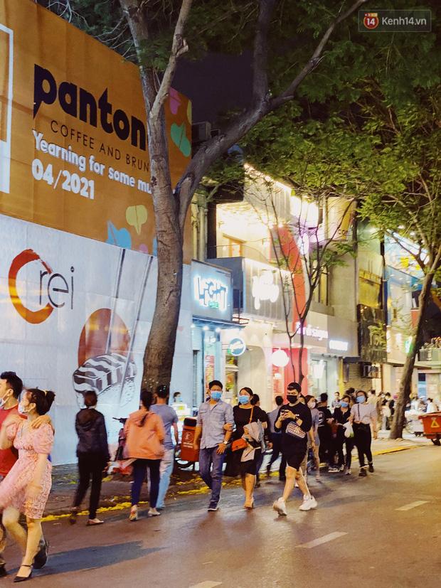Sài Gòn đêm Valentine: Hội ế tranh thủ đi chùa thoát kiếp FA, couple tràn ra phố đi bộ Nguyễn Huệ đến mức kẹt đường! - ảnh 19