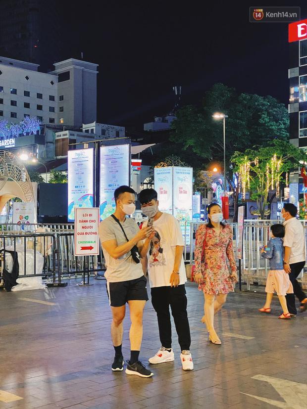 Sài Gòn đêm Valentine: Hội ế tranh thủ đi chùa thoát kiếp FA, couple tràn ra phố đi bộ Nguyễn Huệ đến mức kẹt đường! - ảnh 20