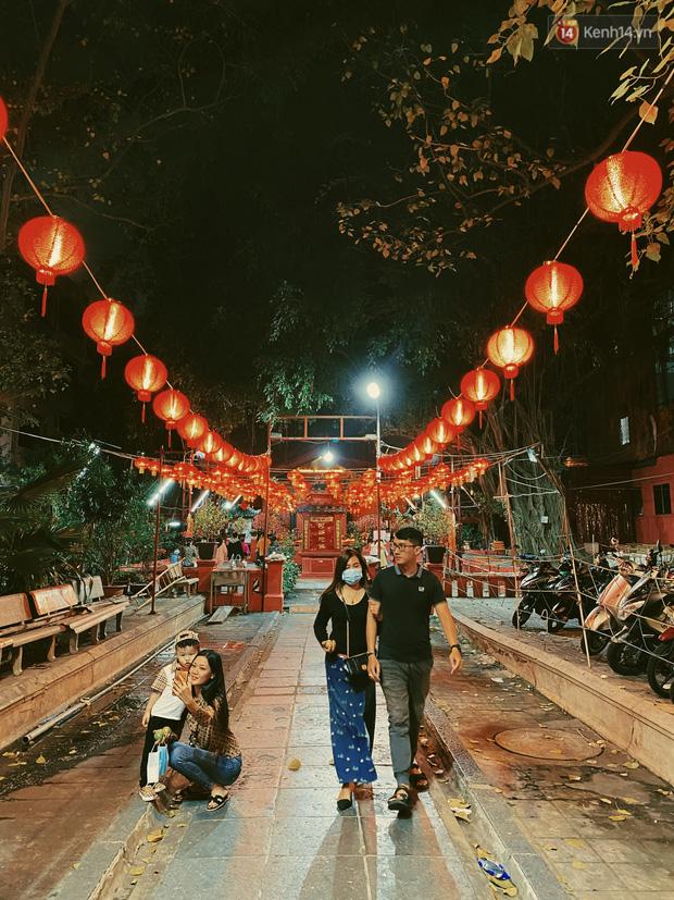 Sài Gòn đêm Valentine: Hội ế tranh thủ đi chùa thoát kiếp FA, couple tràn ra phố đi bộ Nguyễn Huệ đến mức kẹt đường! - ảnh 3