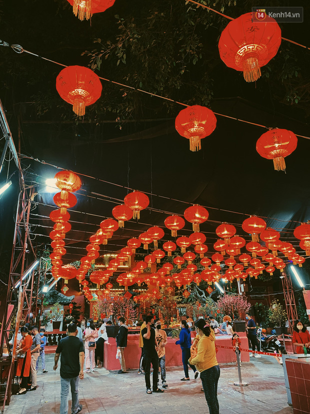 Sài Gòn đêm Valentine: Hội ế tranh thủ đi chùa thoát kiếp FA, couple tràn ra phố đi bộ Nguyễn Huệ đến mức kẹt đường! - ảnh 4