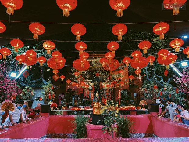 Sài Gòn đêm Valentine: Hội ế tranh thủ đi chùa thoát kiếp FA, couple tràn ra phố đi bộ Nguyễn Huệ đến mức kẹt đường! - ảnh 5